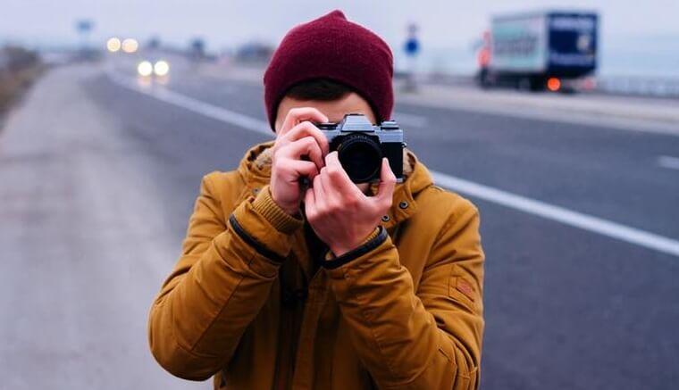 chłopak z aparatem