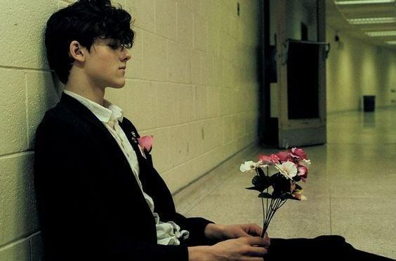 chłopak z kwiatami