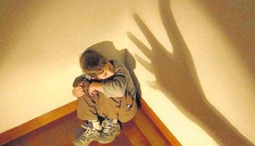 Przerażony chłopiec - zaburzenie dysocjacyjne tożsamości