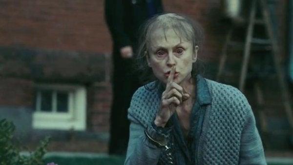 Kobieta z palcem na ustach.
