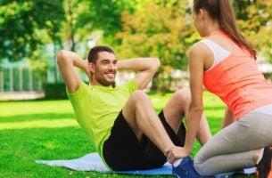 Ćwiczenia fizyczne w parku.