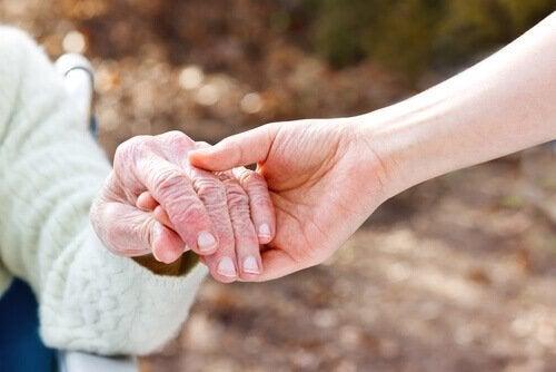 Dłoń dotyka dłoni - dotknięci chorobą Alzheimera