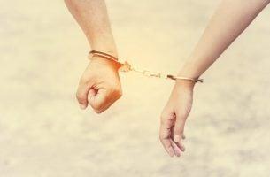Współuzależnienie - para w kajdankach.