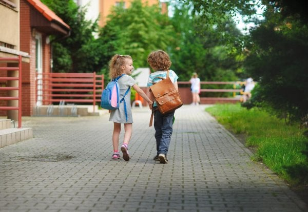 Dwójka dzieci idąca do szkoły.