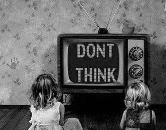 """Dzieci przed telewizorem z napisem """"nie myśl""""."""