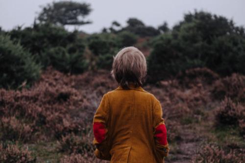Dziecko ma depresję i stoi tyłem