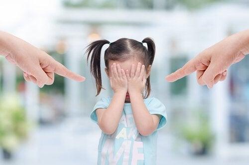 Rodzice zrzucający winę na dziecko.