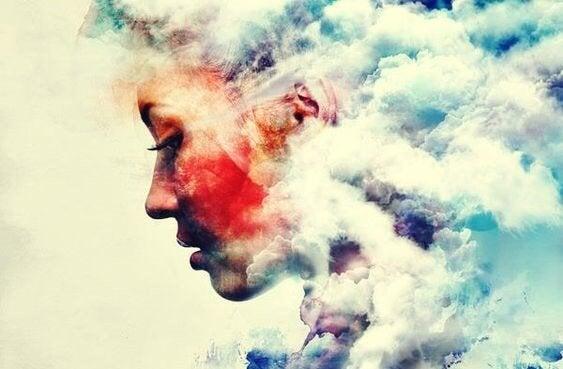 Kobieta z głową w chmurach.