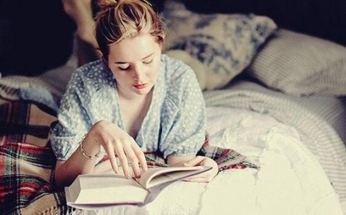 Czytanie przed snem - kobieta czytajaca w łóżku.