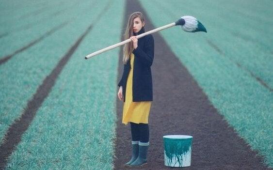 Dziewczyna malująca pole.