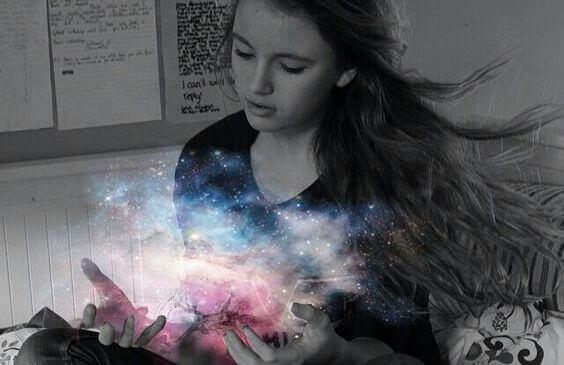 Dziewczyna ze światłem w dłoniach.