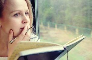 dziewczyna z książką - osoby inteligentne
