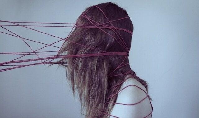 dziewczyna złapana przez sznurki