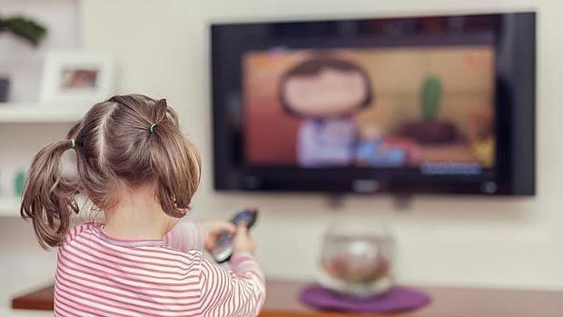 dziewczynka oglądająca tv