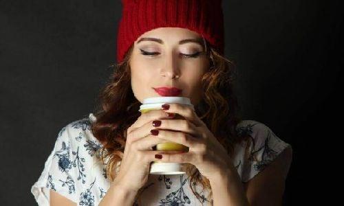 Generacja NIE - kobieta pije kawę