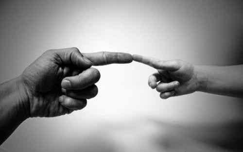 Każdy gest to cały świat – znaczenie i różnice w komunikacji niewerbalnej