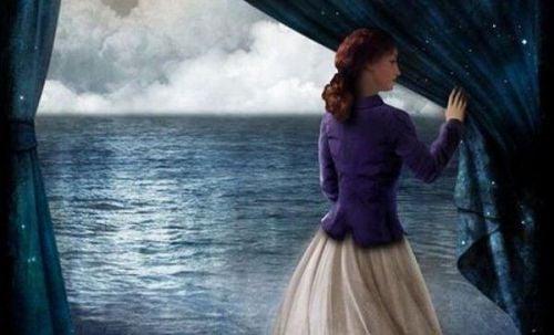 Głos doświadczenia - kobieta w oknie z widokiem na ocean