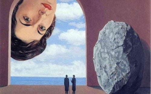 Głos doświadczenia - kobieta patrzy z góry na dwoje ludzi