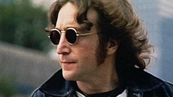John Lennon w ciemnych okularach.