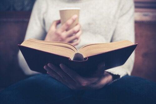 Kobieta czytająca książkę.