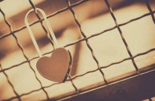 Kłódka w kształcie serca.