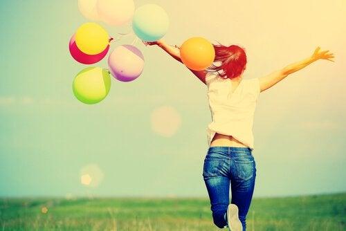 Znajdowanie szczęścia - kobieta z balonami.