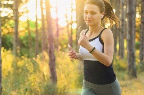 Kobieta biega - ćwiczenia fizyczne wpływają na mózg