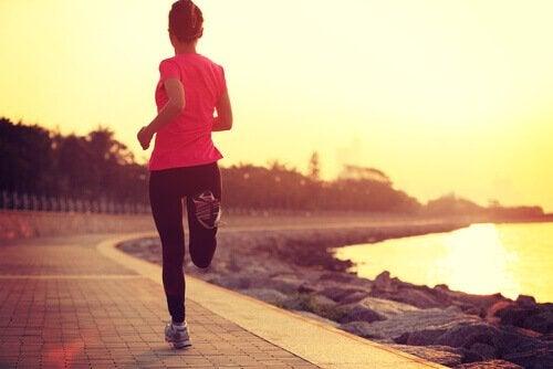 Jak dbać o siebie? Jogging nad morzem.