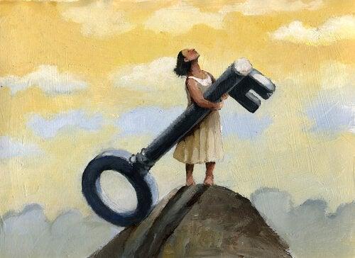 Kobieta z kluczem na górze.