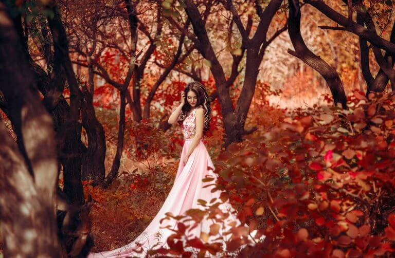 Kobieta w lesie jesienią.