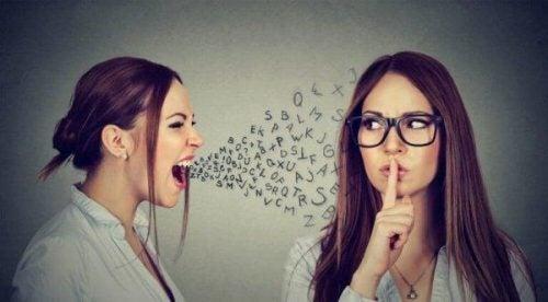 Kobieta krzyczy, a druga ją ucisza - oznaki manipulacji słownej