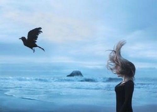 Kobieta rozmyśla nad morzem - przeszłośc