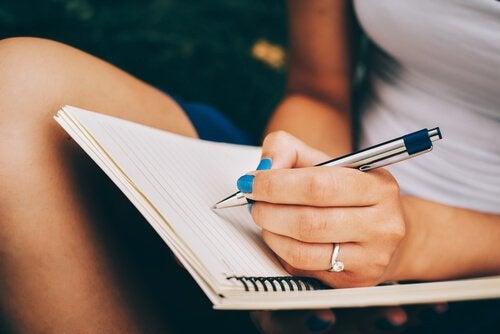Kobieta pisząca list.