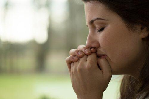 Kobieta płacze - rana pierwotna