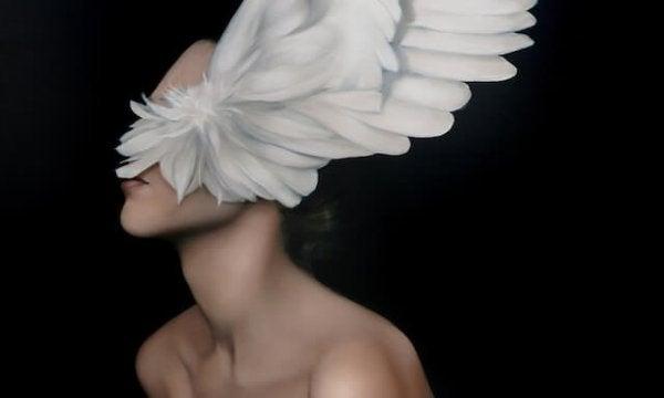 Kobieta ze skrzydłami na twarzy.