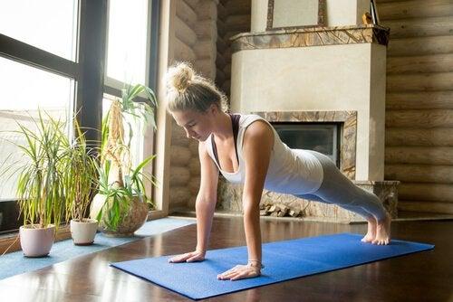 kobieta uprawiająca jogę w domu
