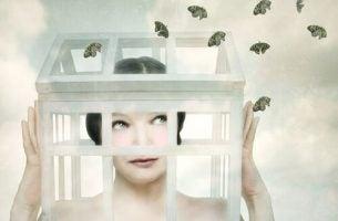Dążenie do samozniszczenia - kobieta w klatce.