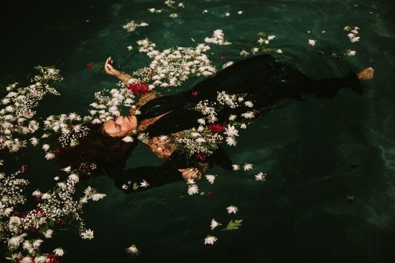 Kobieta w wodzie.