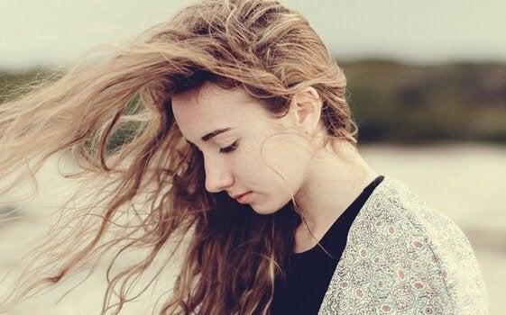 Dziewczyna z włosami rozwianymi przez wiatr.