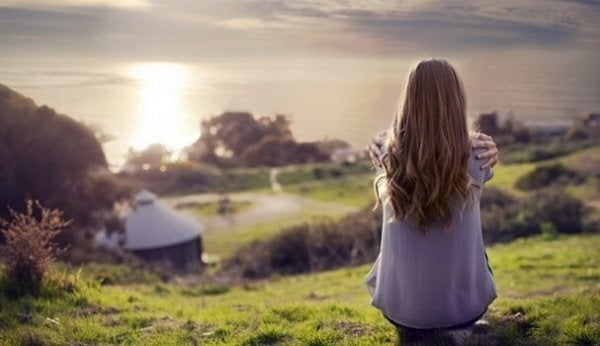 Dziewczyna siedząca na wzgórzu.