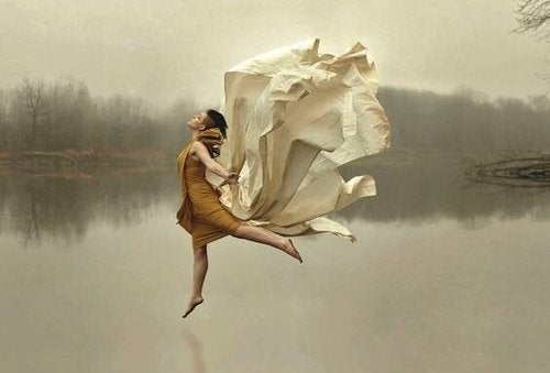 Kobieta skacząca nad powierzchnią jeziora