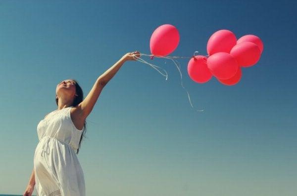 Szczęśliwa kobieta z balonami.