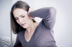 Kobieta słyszy szum w uszach