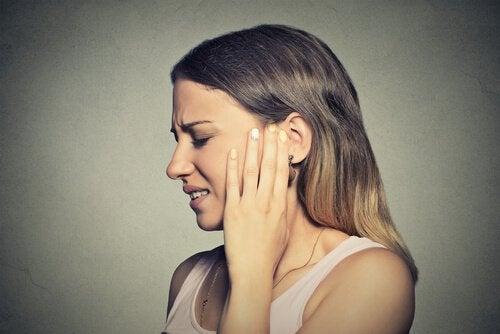 kobieta z bólem ucha