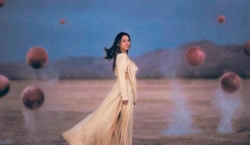 Koniec żałoby - kobieta w białej sukni