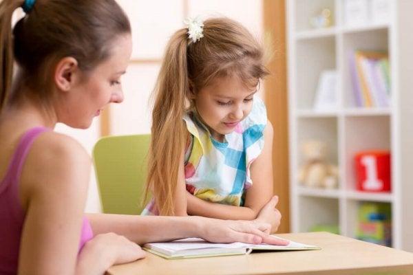 Matka, która uczy córkę.