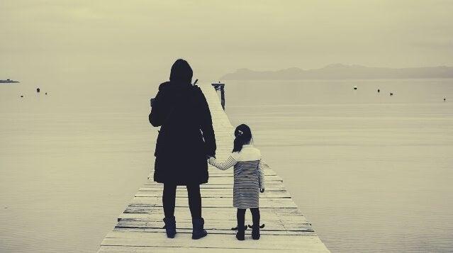 matka z dzieckiem nad morzem