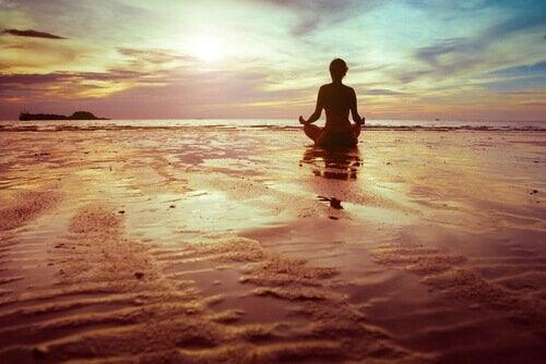 medytująca osoba