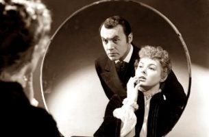 Mężczyzna i kobieta przed lustrem - wykorzystanie emocjonalne