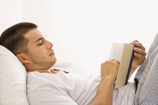 Czytanie w łóżku.